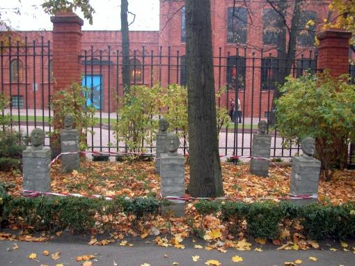 Rzeźby-głowy w ogrodzie Pałacu Poznańskiego